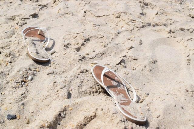 flipflops_in_sand